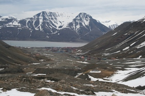 A nearly snow-free Longyearbyen.